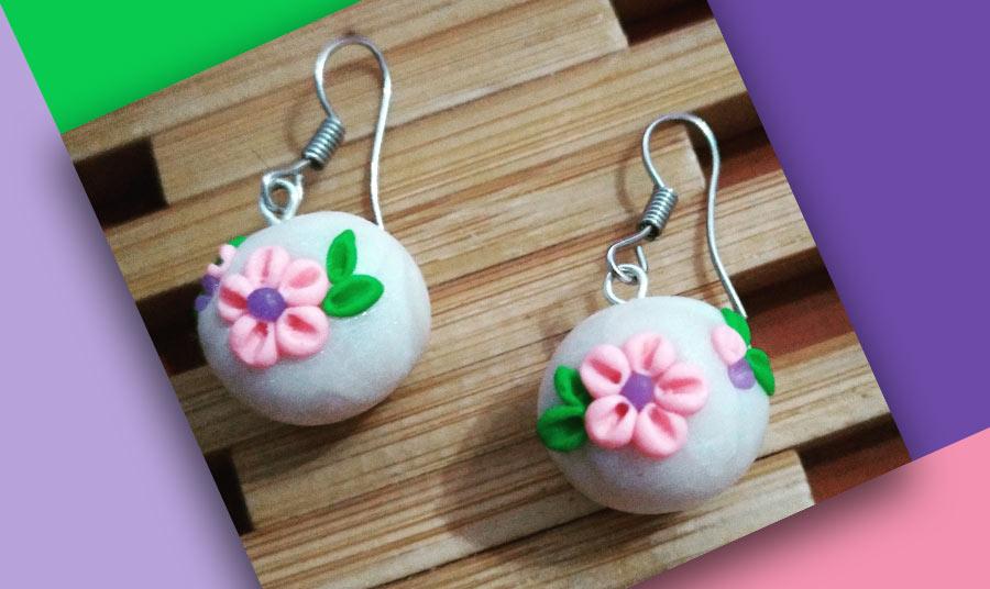 Pendientes esfera blanca con flores